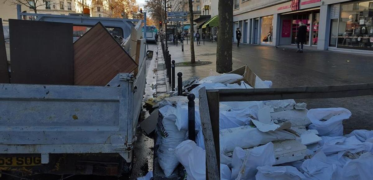 Camion-benne de Vasil débarrasse des gravats au centre de Paris