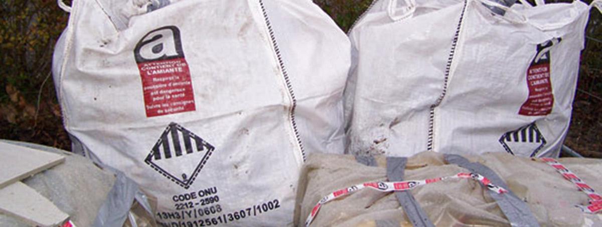 Le débarras de l'amiante se fait en sacs spéciaux