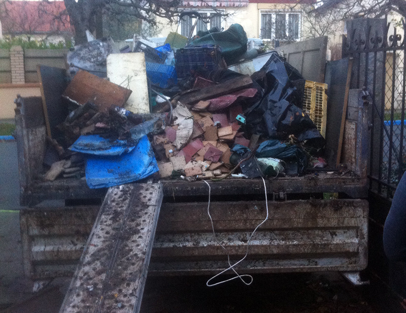 Chargement des ordures dans le camion-benne