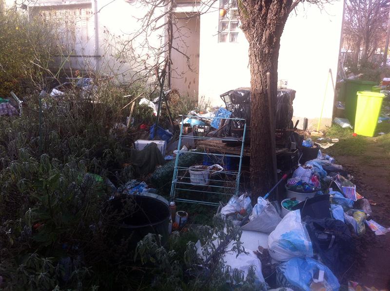 ordures, déchets et encombrants dans la court d'une maison