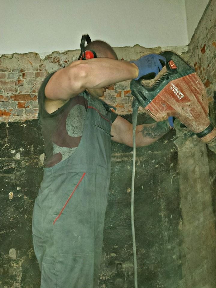 Démolir les murs de briques et un jeu d'enfant pour VASIL
