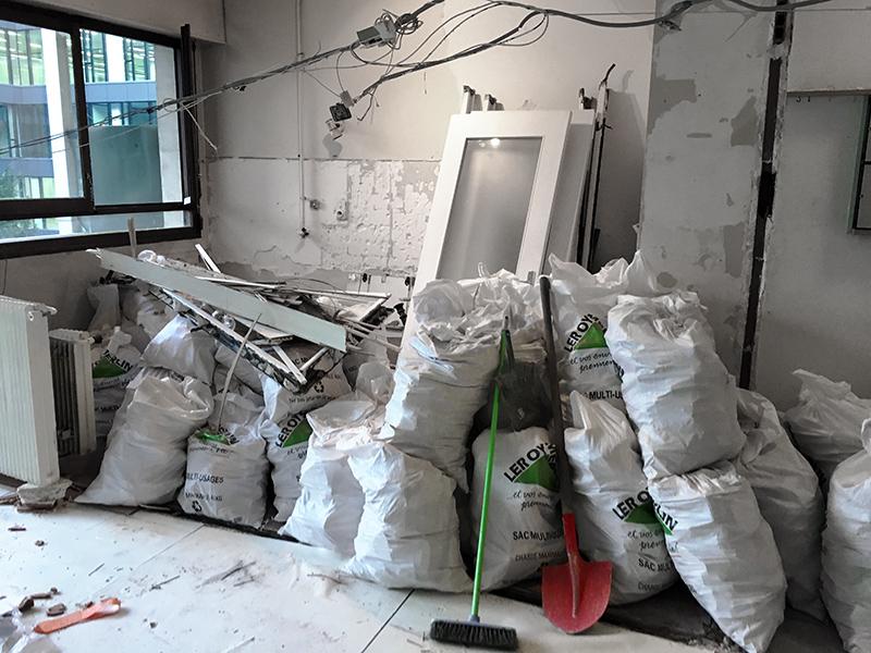 Sacs de gravats Leroy Merlin sur un chantier en démolition à Paris