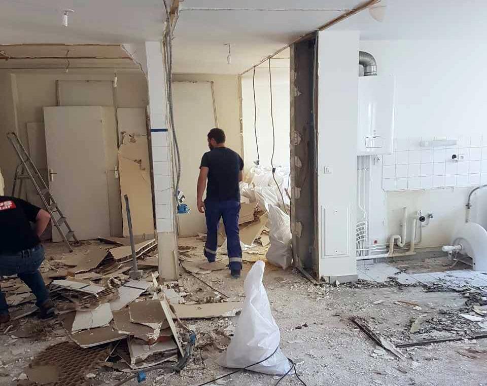 Travaux de démolition à l'intérieur dans un appartement parisien