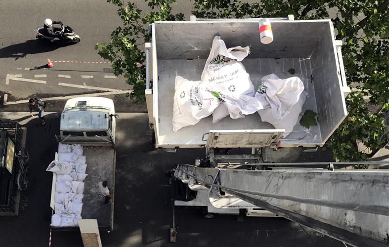 Opération de débarras à l'étage avec un monte-charge et camion-benne