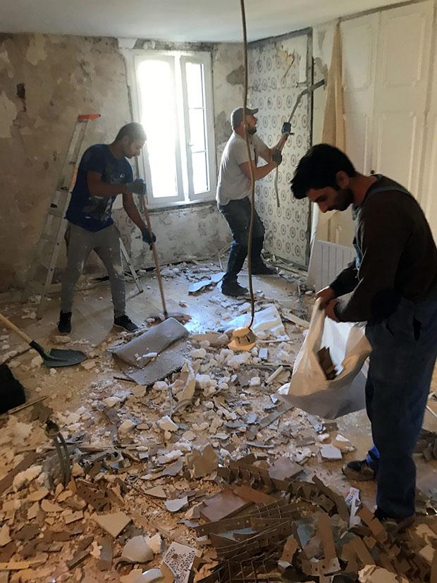 Enlever le papier peint dans les maisons parisiennes est toujour un challenge
