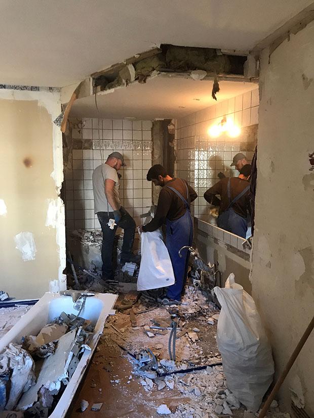 Equipe de démolesseurs parisiens déterminée à bien faire la démolition
