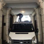 Chargement du camion-benne avec les encombrants