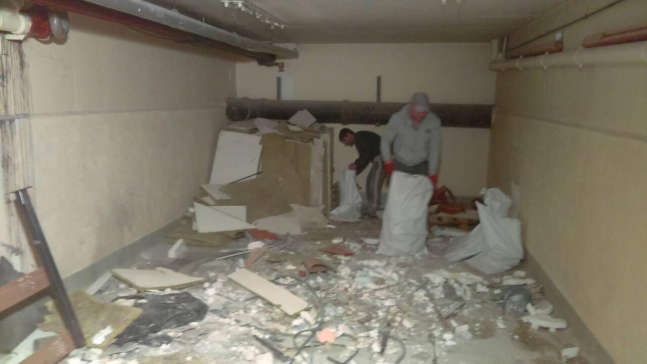 Ramasser les déchets et déblayer le sous-sol de la maison