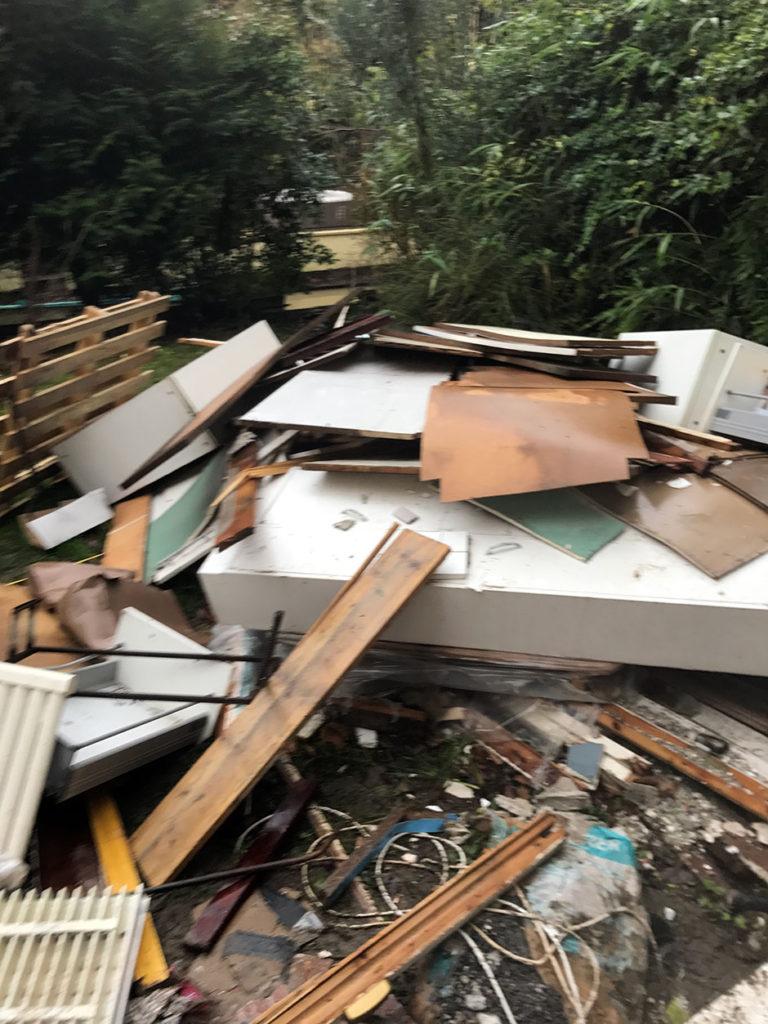Le jardin avant le débarras est encombré de déchets