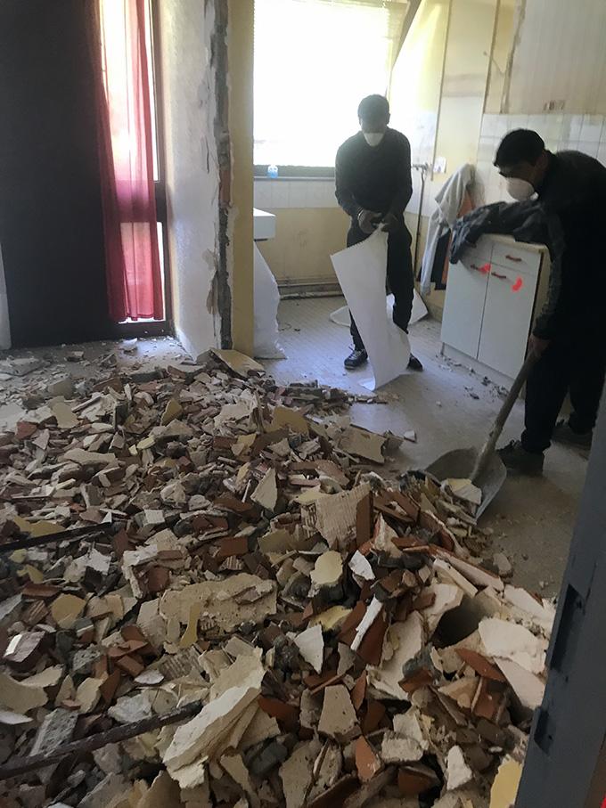 Tas de gravats dans l'appartement