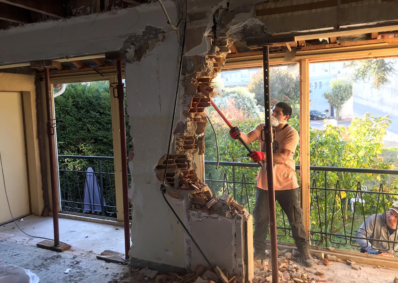 Démolition de mur de briques au marteau