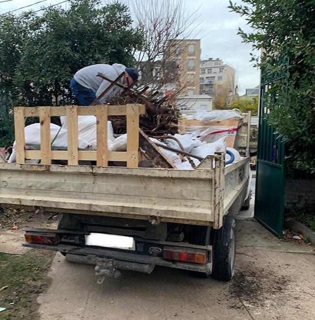 Les déchets du jardin son évacués avec camion-benne