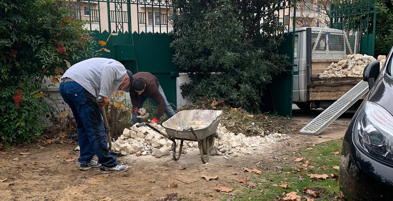 Débarras des déchets et gravats dans le jardin après les travaux