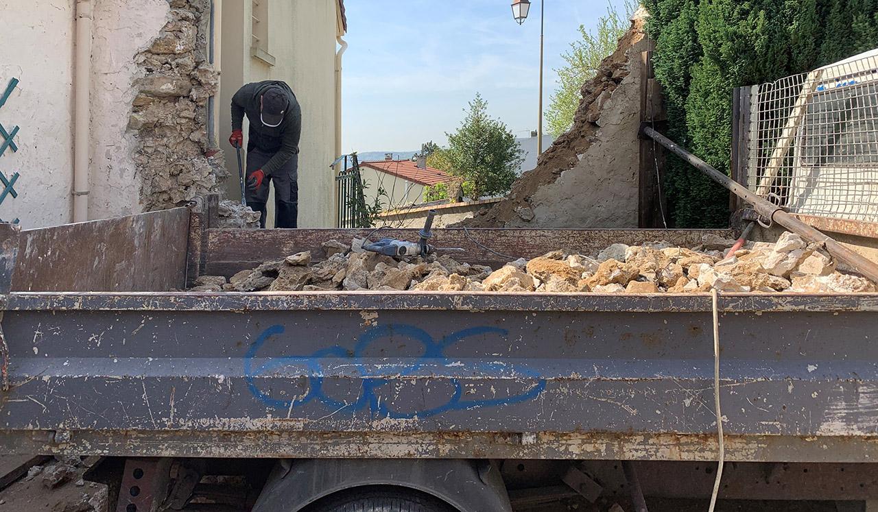 Démolition de mur en pierre et enlèvement des gravats