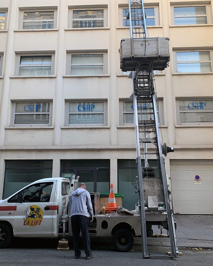 Enlèvement gravats de démolition a l'étage avec une monte-charges