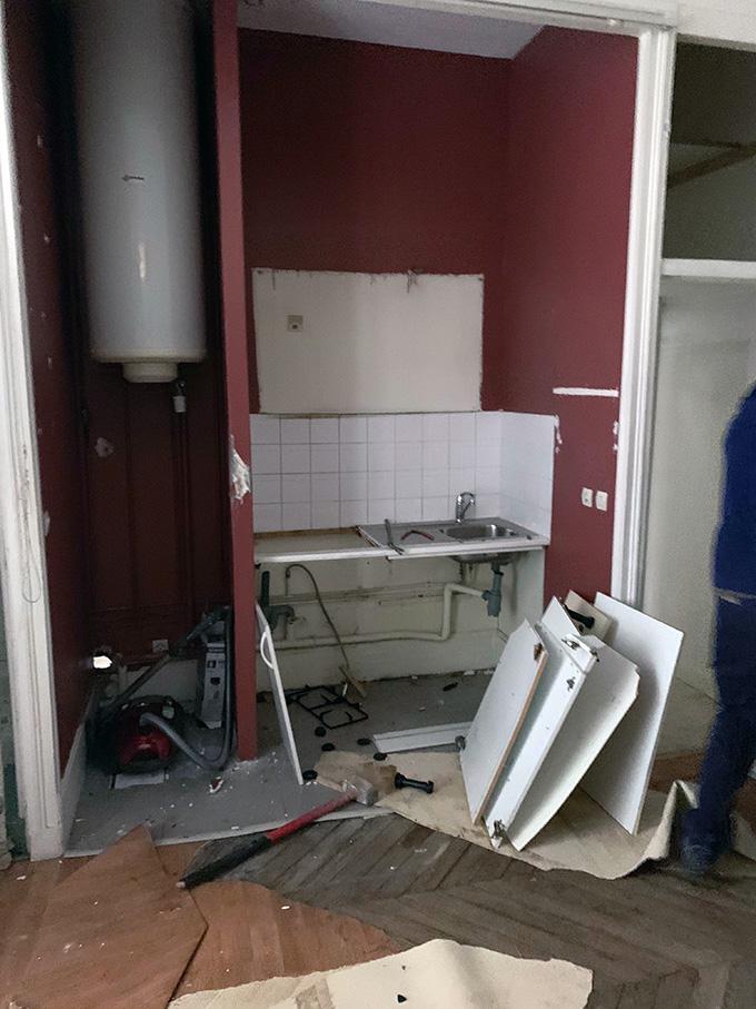 Demolition lavabo, carrelages et cloisons